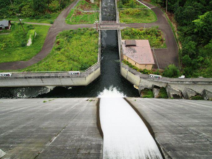「朝里ダム」を訪問したら堤を歩いて渡ってみよう!