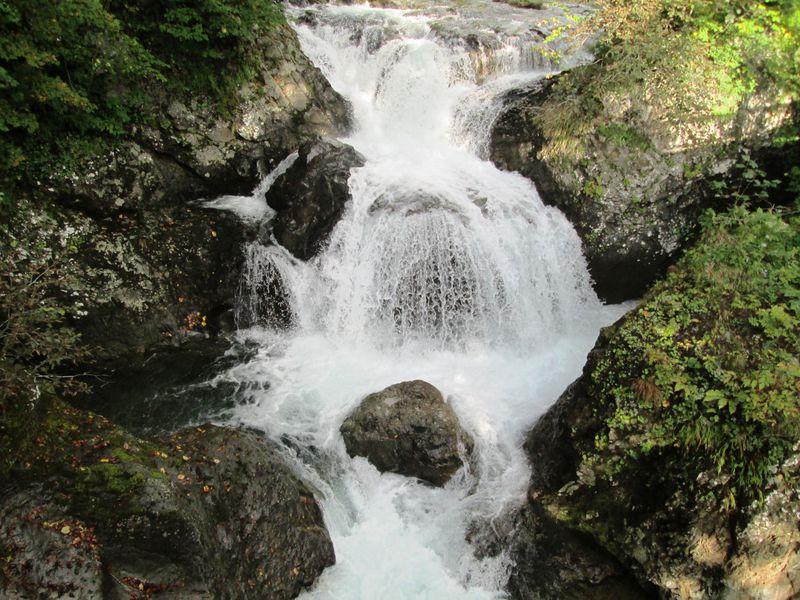 渓流の癒しスポット!北海道伊達市「三階滝公園」「白絹の床」