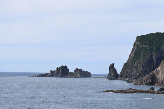 海に浮かぶ奇石「窓岩」と神秘の霊場「西の川原」