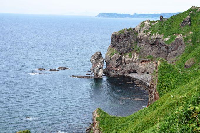 神威岬の遊歩道で見る「念仏トンネル」と「神威岬灯台」