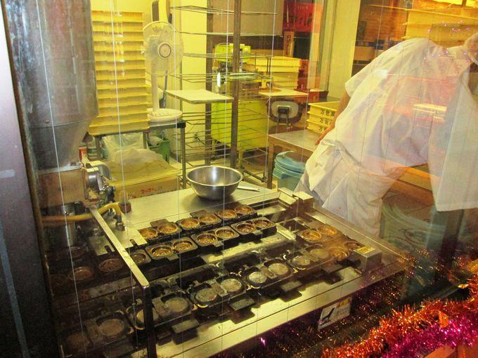 ホテル内で焼かれる「万世閣まんじゅう」は土産の定番