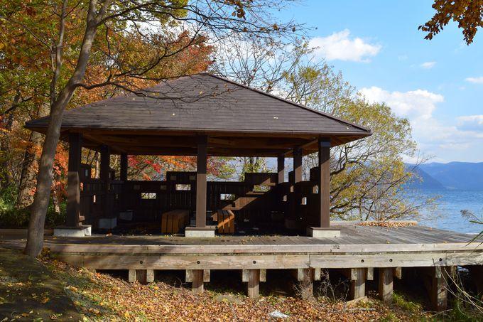湖畔にひっそりとある静かな癒しスポット「野鳥観察小屋」