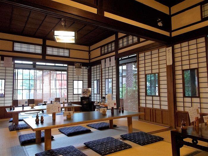 木と障子とガラスの絶妙なバランスが美しい和室