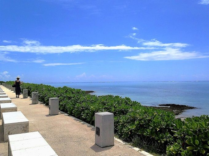 瀬長島の美しいビーチを眺める至福