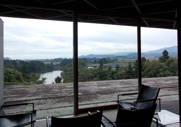 美術館のテラスから眼下に見下ろす最上川絶景