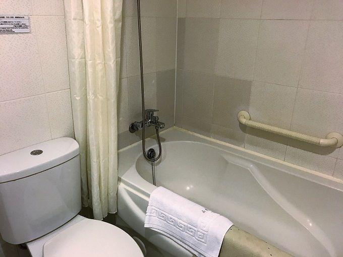 バスルームの湯船&ハンドシャワーが使い心地良し