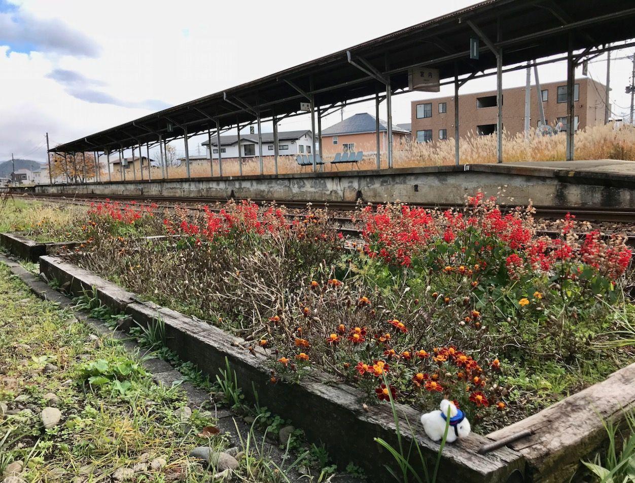 ほっこり田舎の駅舎での〜んびり列車を待つ