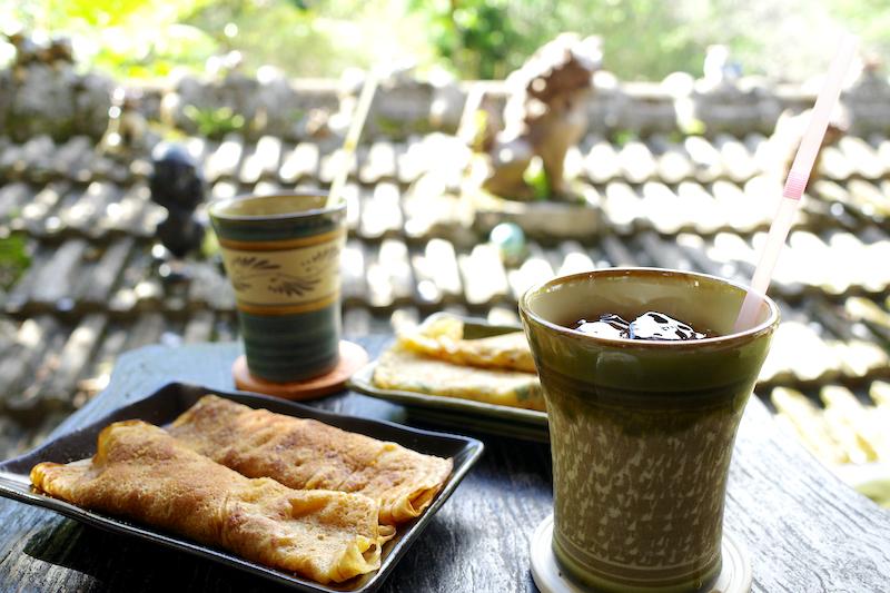 沖縄のおやつをいただき、のんびりと過ごす