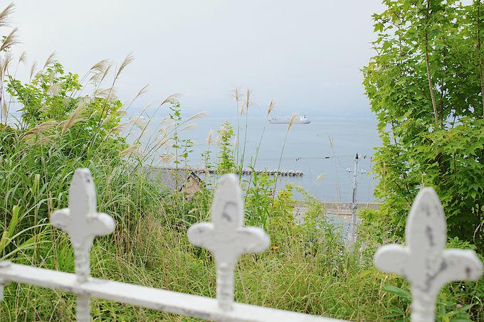 外人墓地の海沿いの道の先にある海カフェ