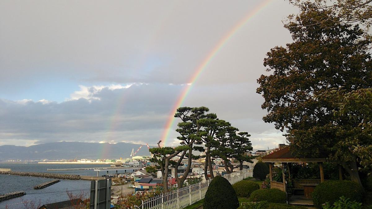 虹や夕日の絶景も