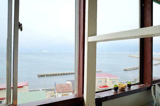 大きな窓から一面に広がる函館湾