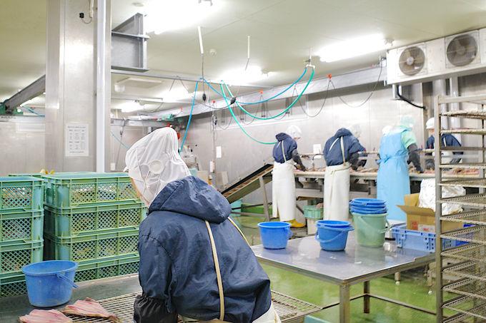 工場でつくりたてのおむすびや干物が買えます