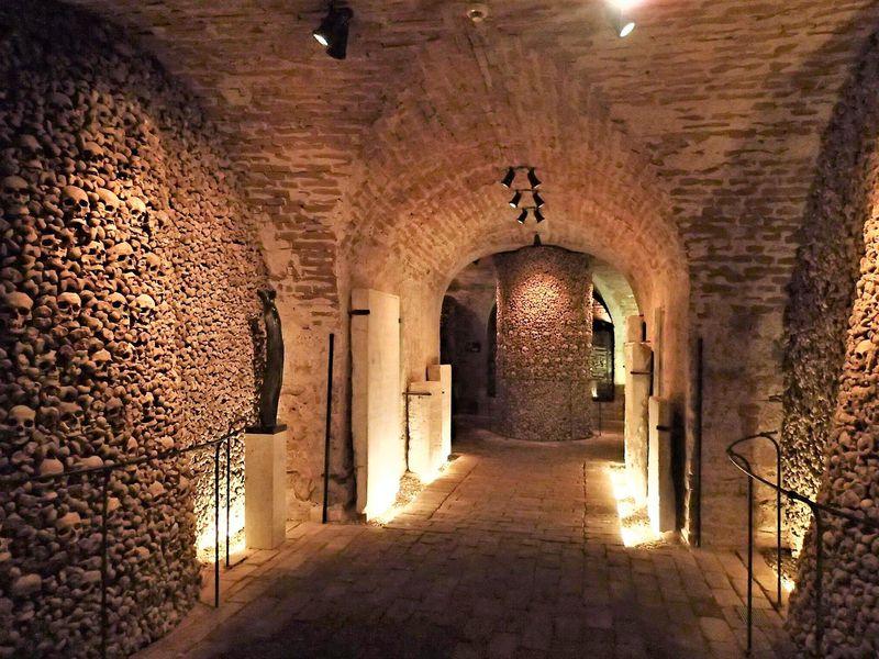 チェコ・聖ヤコブ教会の地下納骨堂〜神秘と荘厳の光景に祈り捧ぐ〜