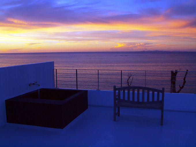 お勧めは3階。ルーフバルコニーの露天風呂で海を見ながら至福な時間を