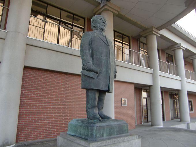 渋沢栄一記念館の背景には赤城山と利根川