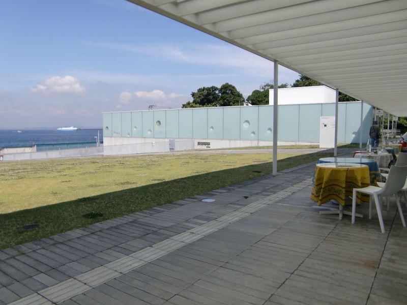 レストランからも館内からも海が見える「横須賀美術館」