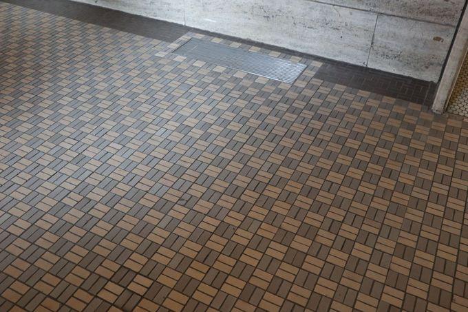 カウンターは大理石、床はタイル