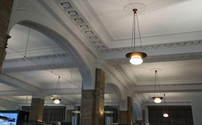 「日本郵船歴史博物館」の天井は華麗なアーチと花模様