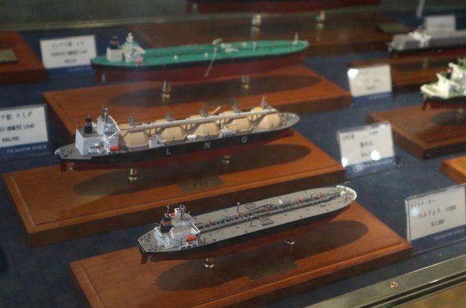 ショップでお勧め、船の模型とレトルトカリー
