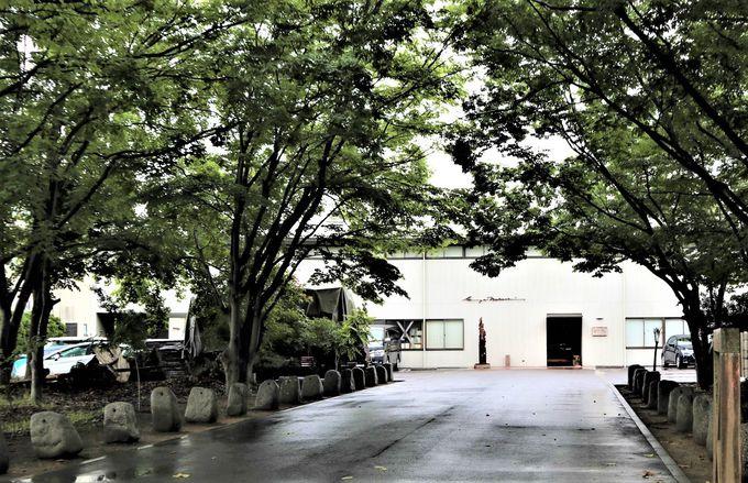 木々に囲まれた木造の記念館
