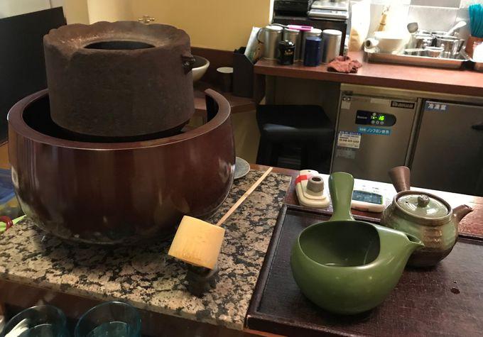 鉄釜で沸かした湯を使う