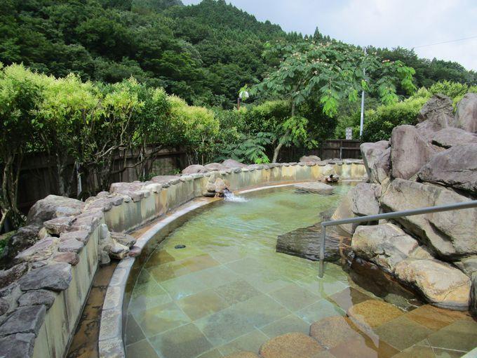 深い山々の緑に囲まれ川のせせらぎを聞きながら入る露天風呂