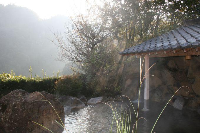 眼前に雄大なひびき渓谷がそびえる露天風呂、秋には紅葉が絶景!