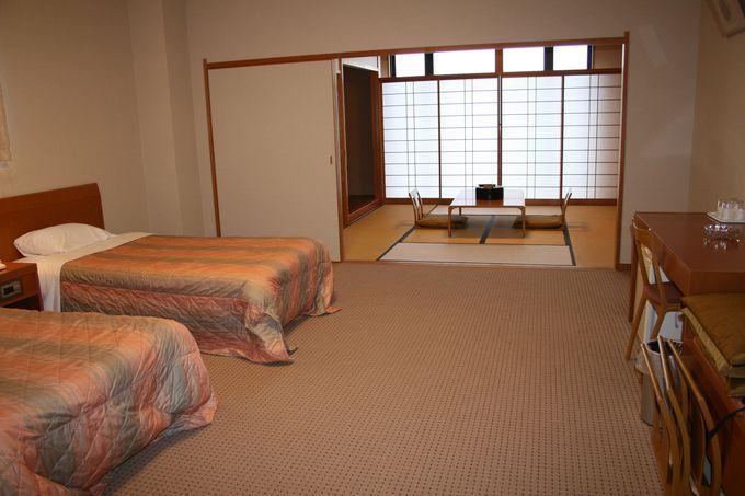 ウッディ素材の家具がセンス良く配置され、広いゆとりのある空間が心やすらぐ客室