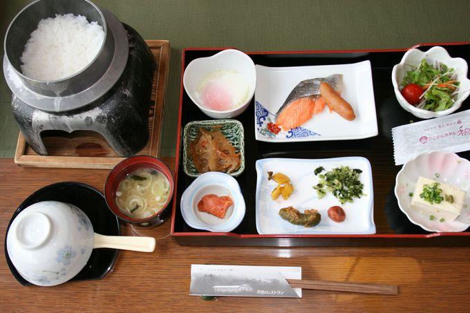 名物ヤマメの唐揚げを含む夕食は、品数、量、味ともに大満足の会席料理
