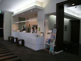 小倉駅から徒歩2分、白と黒を基調としたシックな「JR九州ホテル小倉」