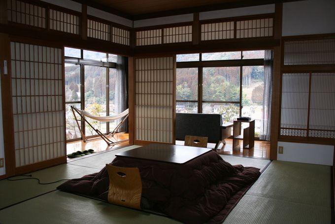 木の素材がセンス良く配置された客室はとてもくつろげる快適空間