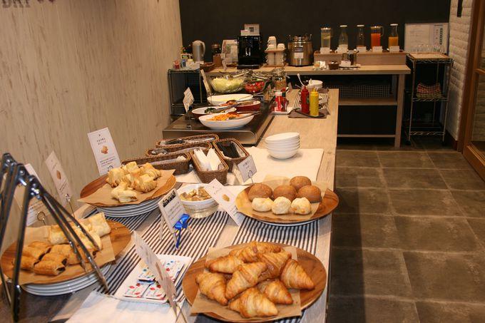 カフェでパンの種類が豊富なビュッフェスタイルの朝食