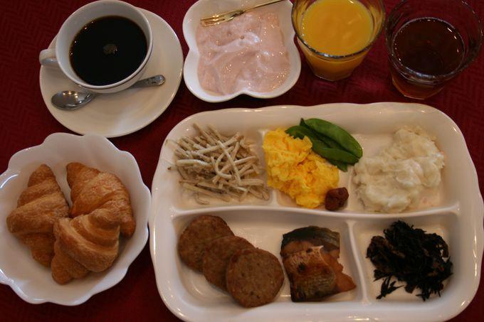 朝食は日替わりメニューの和洋食バイキング