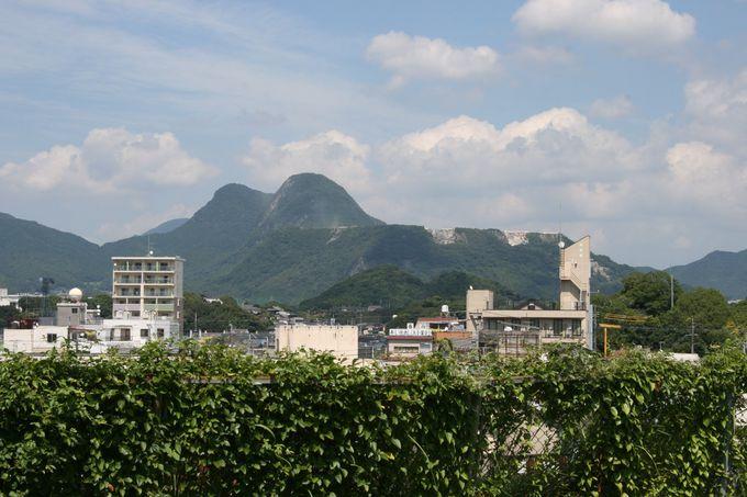 2階のテラスからは迫力ある「香春岳」が正面に