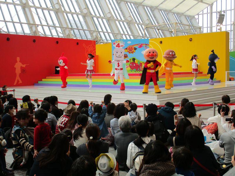 子どもたちがお待ちかね!アンパンマンと仲間たちの「やなせたかし劇場」のステージショー