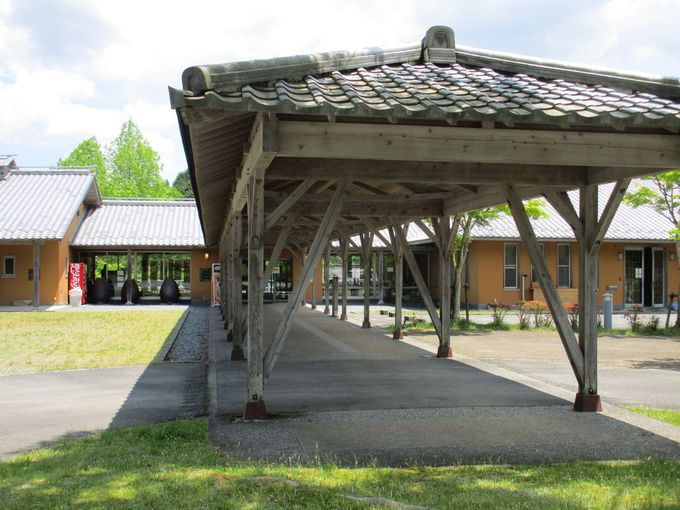 多くの賞を受賞した「小石原焼伝統産業会館」の存在感ある外観