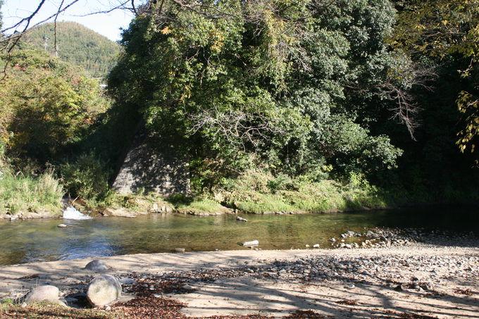 周りを取り囲む川での水遊びは子どもにも大人気