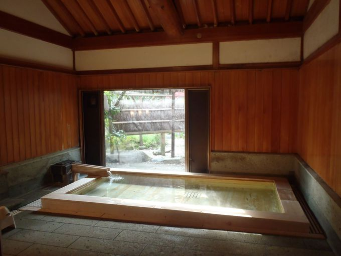 源泉かけ流しの温泉はやや温めの優しく上品なお湯