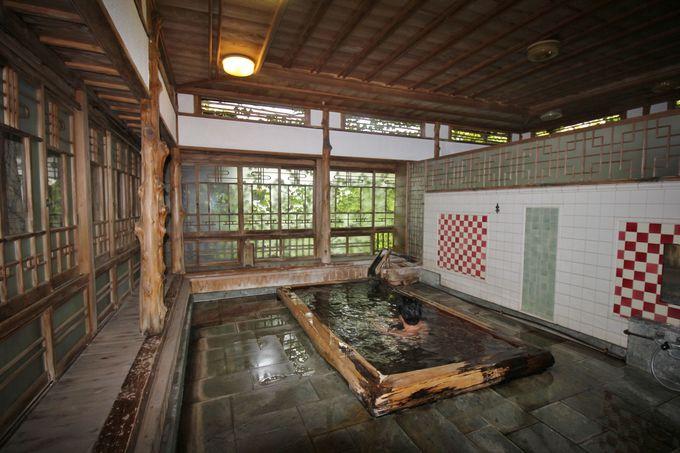 圧巻の風格!二階浴室は芸術的意匠と歴史の重みを実感!