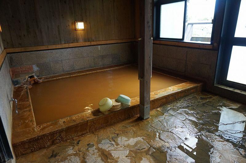 「馬子草温泉 きづな」は九重の穴場! オレンジ色のお湯と、くじゅう連山を遠望する景色を楽しもう!
