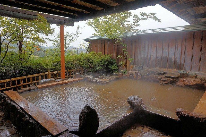 """温泉は全て""""黄金の湯""""の源泉かけ流し。保湿力抜群の泉質でスベスベお肌に変貌!"""