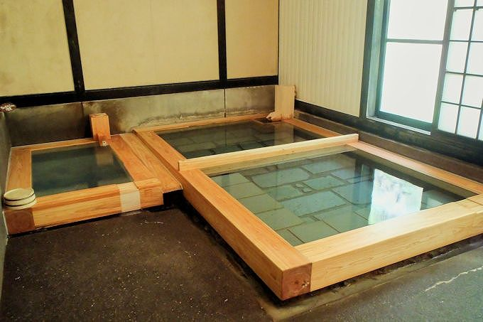 通年利用可能な浴室で、冷泉と適温の温泉を満喫!