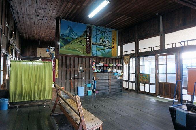 昭和初期の趣そのままの「新温泉」は、まるで住宅街の中の秘湯!