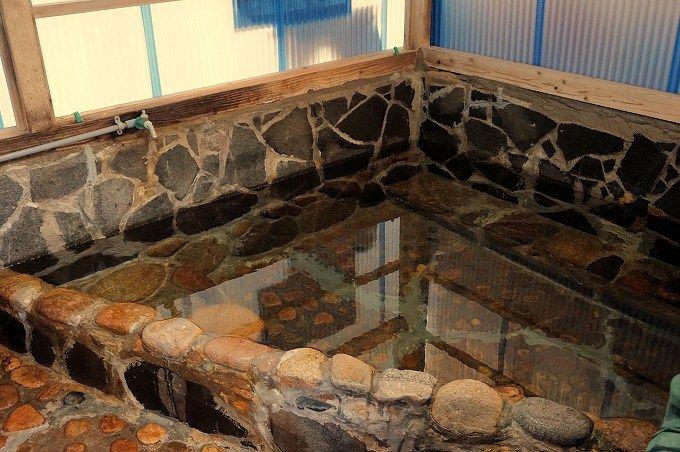 """浴室は親近感あるアットホームさが印象的。""""熱の湯""""と呼ばれる温まりの温泉。"""
