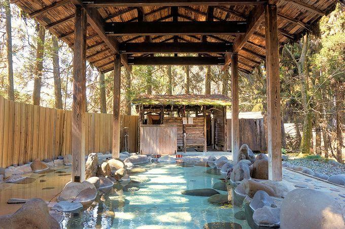 「やまと旅館」で木漏れ日爽やかな露天風呂と、濃厚トロトロの絶品内湯を堪能!