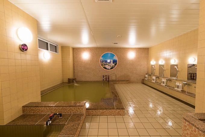 高張性の強食塩泉は本格派の濃厚湯!サウナ併用でより高いデトックス効果が期待!