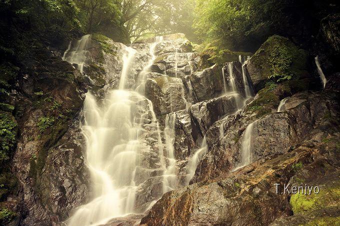 県の名勝「白糸の滝」は、福岡の夏の人気スポット