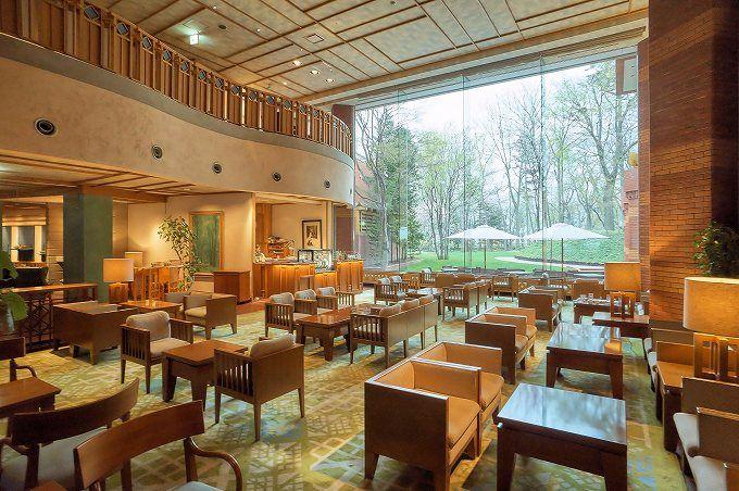 魅力その1:緑に囲まれた環境と気品溢れる館内