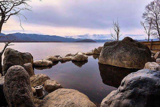 「コタンの湯」は、湖と温泉が一体となったインフィニティ温泉