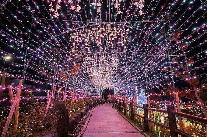 光のトンネルも大人気!